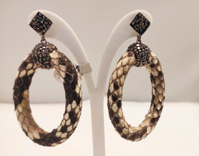 Σκουλαρίκια με δέρμα snake και κρυσταλλα